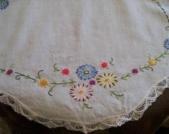Vintage Embroidered Runner Crochet Border Flowers