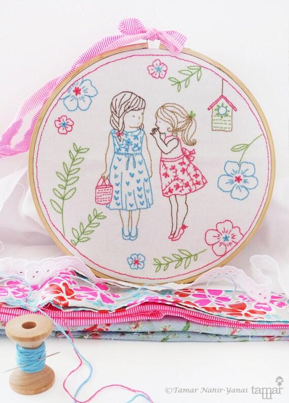 Idées bébé fille chambre d'enfant, idées de Noël, broderie kit - 2 filles et un Secret - métiers à faire, décor de mur de chambre d'enfant fille, broderie d'art