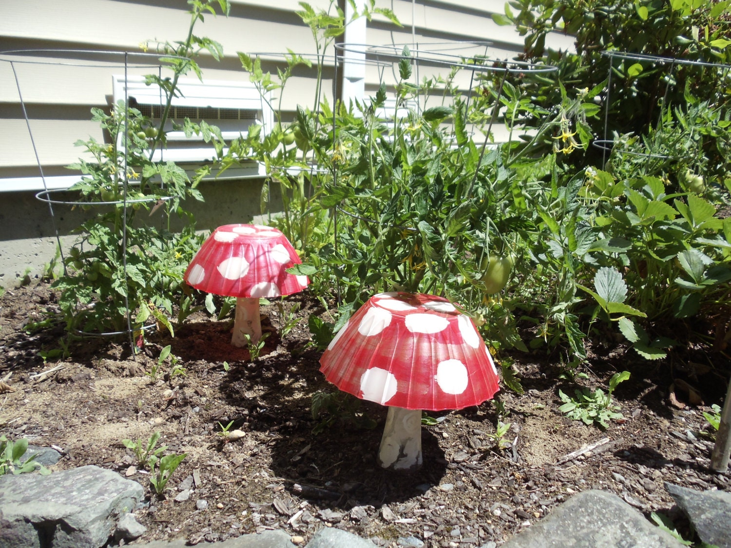 alice 39 s wonderland garden mushroom statues. Black Bedroom Furniture Sets. Home Design Ideas