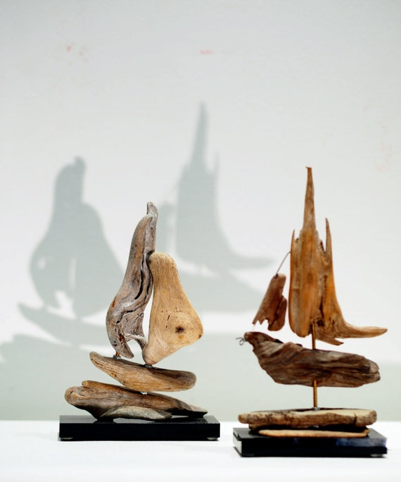 Treibholz Kunst, zwei kleine Segelboote-Skulpturen, abstrakte ...