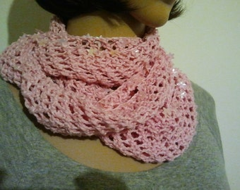 Knitted pink Möbiusschal from linen cotton-yarn with Sternchenpailetten as marginal decoration