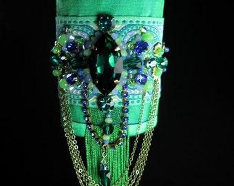 Bracelet manchette textile de créateur, romantique bohême gipsy, soie et ruban brodés de cristal et verre, vert émeraude et bleu vif