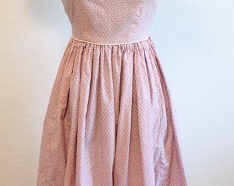 ADORABLE 1950s Pink & White Cotton Novelty Print Dress with Empire Waist, Puffy Sleeves, and Black Buttons Size PETITE SMALL