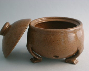 Garlic Keeper With Feet In Toasty Brown Stoneware