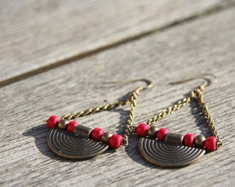 Triangular ethnic earrings in bronze-colored metal and red coco beads