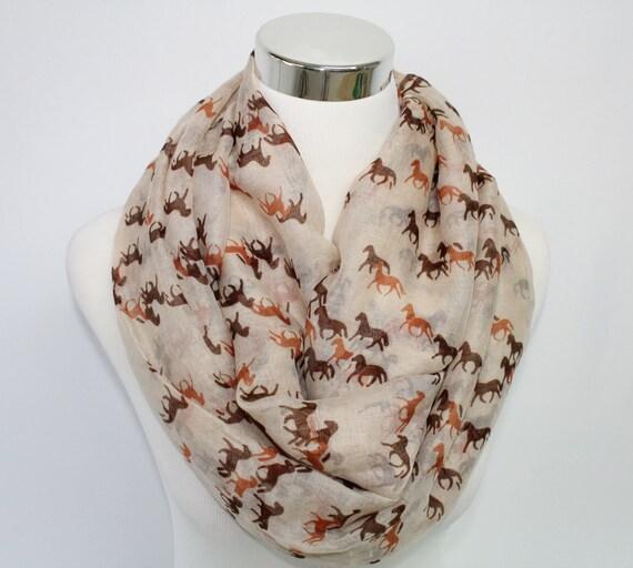 Cheval Print Scarf, foulard cheval Beige, foulard infini avec chevaux, foulard imprimé Animal, printemps ou été écharpe pour amateurs de chevaux au galop