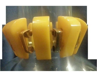 VINTAGE BAKELITE Stretch bracelet with wedges and brass spacers in butterscotch