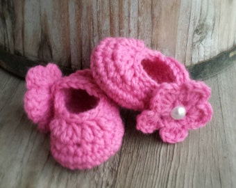 Crochet Mary Jane shoes with removable flower in bright pink size 3 to 6 mo.