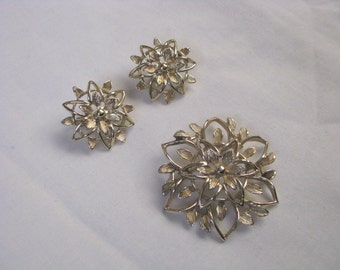 Sarah Coventry Peta-Lure gold tone open flower pin brooch clip on earring set
