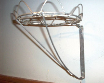 Primitive Antique Wire Ware Potted Plant Holder. Built-in Swivel Bracket. Wall Mounted. Unique Decorative French Country Design. EUC!