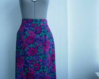Elegant  romantic skirt with lining. Very feminine design.Excellent vintage condition.