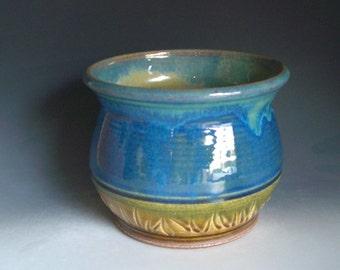 Hand thrown stoneware pottery jar  (J-2Z)