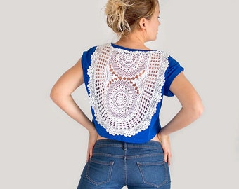 Blue t-shirt with upcycled vintage crochet doily back - Size M-L