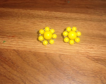 vintage clip onearrings yellow wood bead clusters