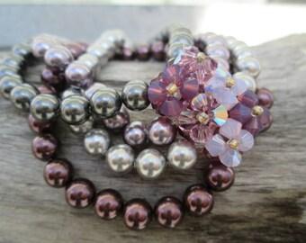 Bracelet élastique fait de perles et de cristaux Swarovski véritable, dans les tons de mauve et gris