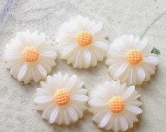13 mm White Colour Little Chrysanthemum Resin Flower (.sm).