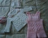 Rosa / Weißes Babyset, bestehend aus Mütze, Jacke, Hose und Schuhe
