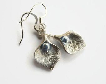 Calla Lily Earrings, PERSONALIZED Bridesmaid Dangle Earrings, Floral Wedding Earrings, Flower Petal, Sterling Silver, Pearl Earrings