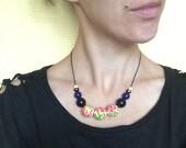 Colliers de perles en bois / bois peint avec motif fleuri rose, rouge, jaune et vert sur fond blanc / collier coloré / style foulard russe.