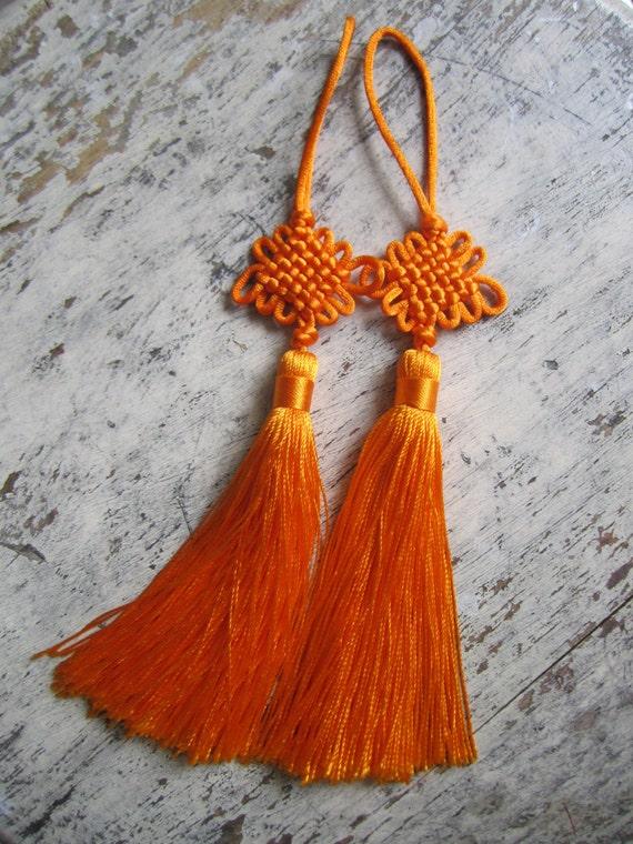 Pompons En Noeud Porte Bonheur Chinois Orange Avec Des