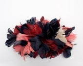 Peineta o Tocado granate, rosa y azul hecho con plumas