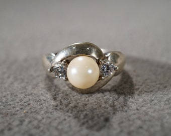 vintage sterling silver fashion ring with large cultured pearl and round side white topaz stones, size 7   M11