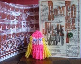 Juliet. Romeo. Shakespeare. Romeo & Juliet. Shakespeare gift box with knitted actor, folded stage, speech.