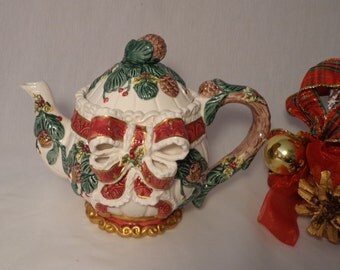 TEAPOT -  A beautiful Christmasy Design, Christmas, holly, greens