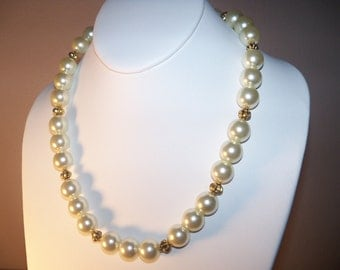 A Beautiful Pearl Necklace and Earrings. (2014102 (a)