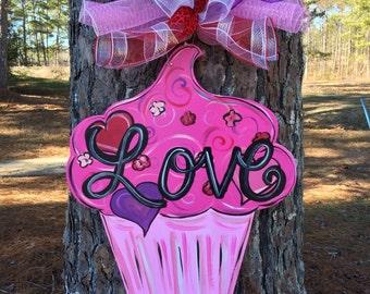 Valentine door hanger, valentine wreath,valentine cupcake door hanger,wooden door hanger,popular valentine door decor,trendy door decor