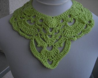 Statement necklace in light green with glitter