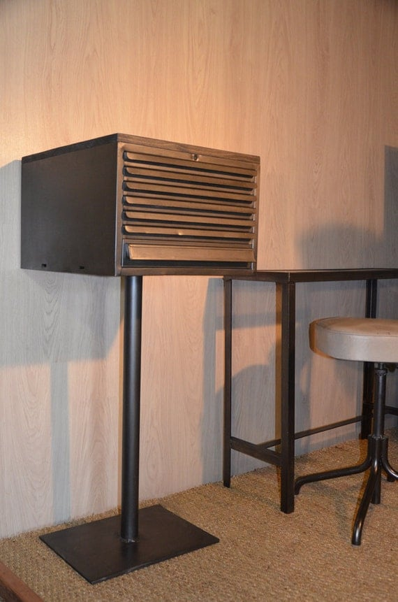 Articles similaires meuble industriel de rangement for Meuble minimaliste