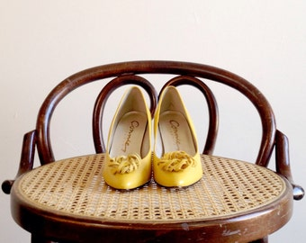 Yellow heels-Yellow pumps-Vintage heels- 80s pumps- 1980s high heels- Kitten heels- Size 6 B- Leather heels