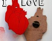 San Valentín HEAVY HEART WOOD Broche de madera color rojo