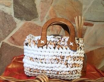 Bag sling nuanced on beige Ivory wOOden haNdles...