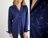 Novelty Print Blouse • 1970s Novelty Top • Name Blouse • Novelty Print Top • Vintage Novelty Blouse • Novelty Fabric Blouse • Navy Blouse