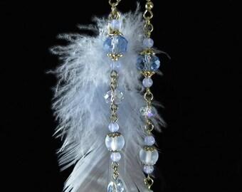 Boucles d'oreille asymétriques de créateur, bohême chic gipsy, en plume, jade, cristal verre bleu gris, fait main par kalani