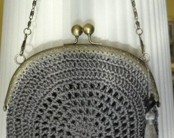 Bolso de ganchillo en color gris plomo. Forrado a mano. Detalle de bola de cristal facetado.