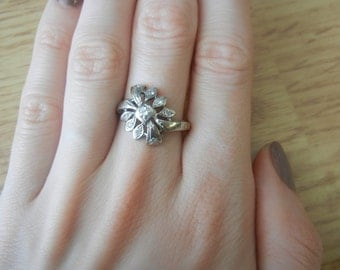 14K White Gold Flower Design Diamond 1/10ct Ring Size 7 1/2