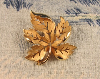circa 1950s large gold-tone autumnal leaf brooch