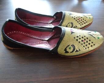 VENTA étnicos oro zapatos árabes bordado Vintage de cuero años 70 6,5 7