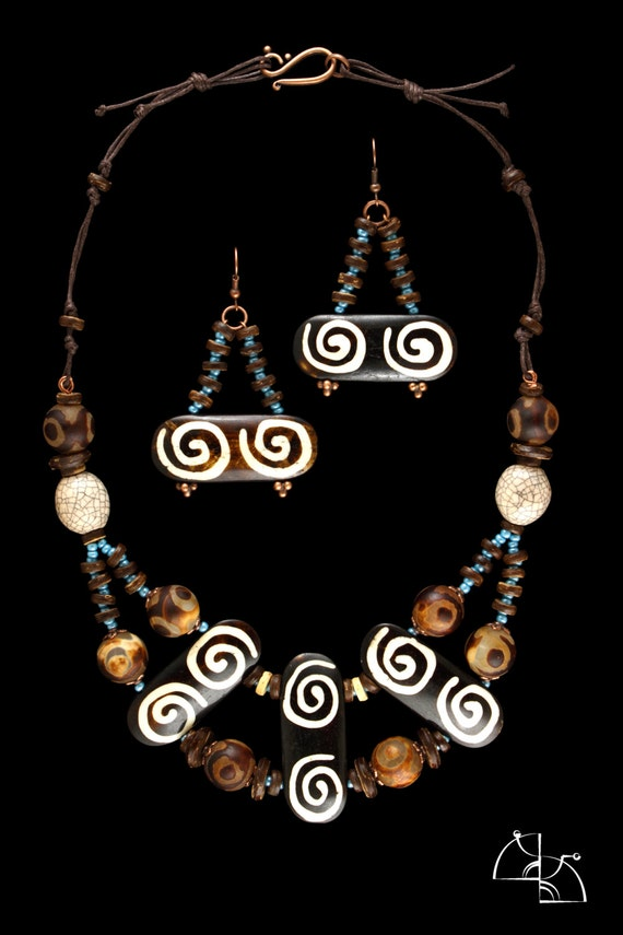 Africa. Jewelry Set. Necklace, earrings and bracelet in ethnic style.