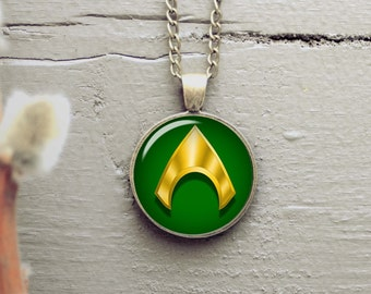Aquaman superhero 25mm pendant, silver plated or antique bronze necklace, matching color chain is included