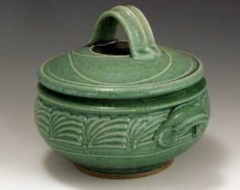 One Quart Green Slip-Trailed Pattern Casserole SHIPPING INCLUDED