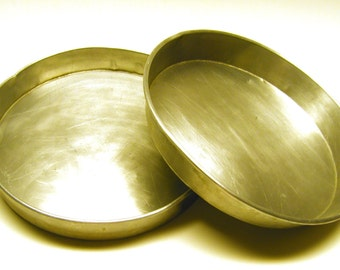 Vintage Round 9 x 1.5 inch Aluminum Cake Pans (set of 2)