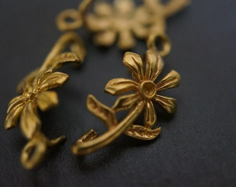 Vintage Solid Brass Connector Simple Daisy Flower Charm Pendant with Stone Setting Center - 2 pieces