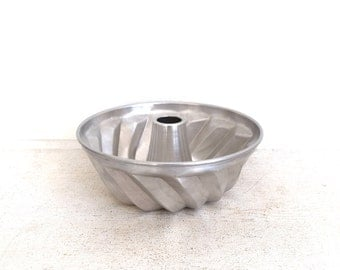 Vintage Bundt Pan - Metal Baking Pan