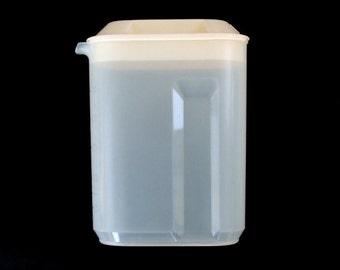 Small Plastic Rubbermaid Pitcher Servin Saver 1.5 qt 1980s Kitchen
