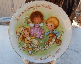 AVON Mother's Day Plate  1983 Love Is A Song For Mother with Easel   New in Box