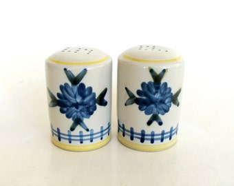 Ceramic Salt & Pepper Shakers Set with Blue Flowers, Retro Salt and Pepper Holders, Table Setting Decor